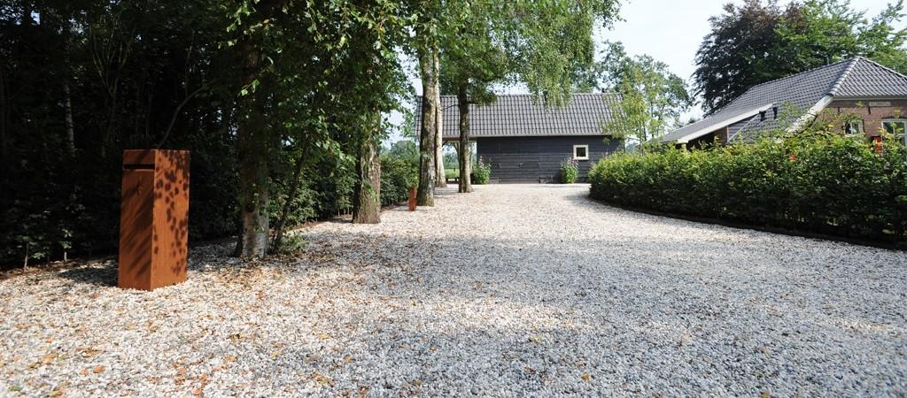 Bestel een losstaande cortenstaal brievenbus op Cortenstaalplantenbak.nl